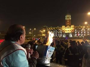 訴求廢憲獨立 蔡丁貴總統府前燒憲法