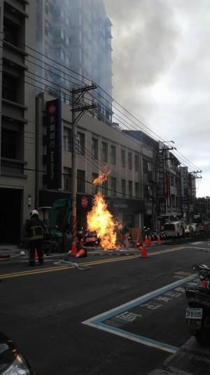挖管施工不慎 北投路上著火了