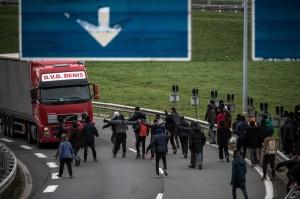上千難民擋海底隧道口 暴力攔車欲入英國