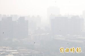 伸手快不見五指 高市空污PM2.5紫爆