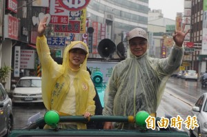 水牛伯跟陳亭妃走「小英路線」冒雨挑大樑
