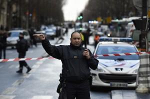 喊「真主至大」揮刀闖巴黎警局 自殺炸彈男遭擊斃