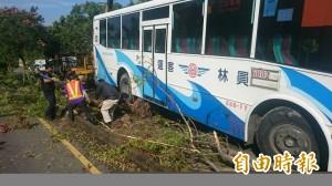 公車倒退嚕 騎機車老翁迎面撞上不治
