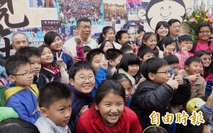 柯P通吃各年齡層! 小學生們認真說出喜歡他的原因...