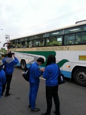 嚇壞了!公車掃到挖土機 車窗碎裂2學生受傷