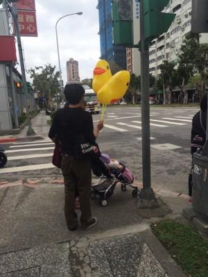 投票所附近秀「黃色小鴨氣球」 選委會:違反選罷法