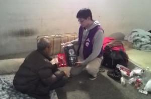 寒流來襲 人安發送睡袋、熱食助街友