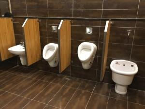 哪來的怪設計!上廁所小心...尿到洗手台