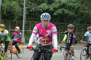 柯P款粉紅色自行車衣 2月1日開放網路預購