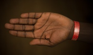 戴手環才能領食物 英國難民被羞辱