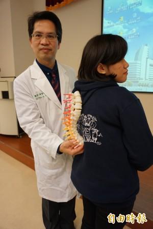 少女脊椎側彎將近垂直 手術拉直變高6公分