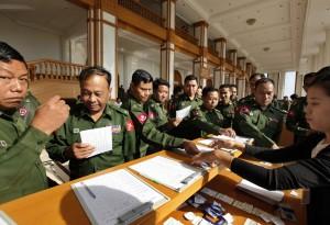 緬甸國會軍人下台 卡拉OK歡慶卸任
