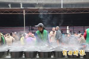 「刈包吉」 街友宴首日  1800位街友吃飽過好年