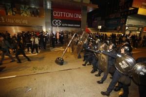 香港旺角衝突事件 梁振英形容群眾是「暴民」
