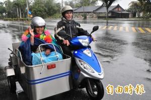 輪椅綁機車送妻看病  阿公喜獲愛心無障礙機車