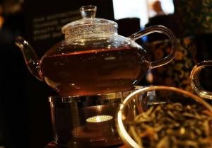 來喝一壺吧! 這些花草茶能讓你更好睡