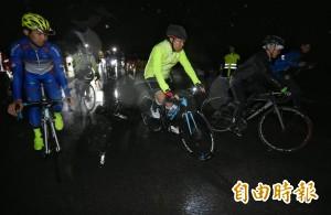 柯P雙塔挑戰   5:26大雨中由富貴角出發