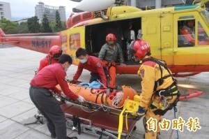 爬山摔斷手腳 救援20小時成功送醫