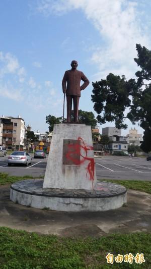 苗栗市蔣介石銅像 被潑漆引熱議