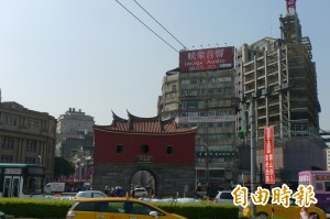 北門古蹟周遭尺寸不合廣告 限期7日拆除