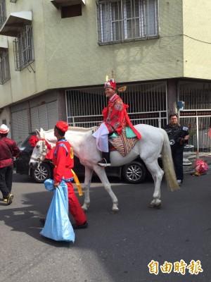 從幼稚園認識到現在 他身騎白馬娶她回家