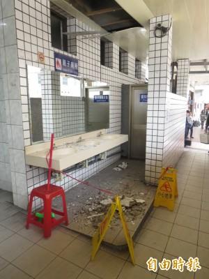基隆舊火車站女廁 天花板突然崩塌嚇死人