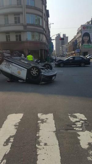 警車與轎車擦撞翻車 員警腦震盪