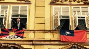 抗議布拉格締約北京 捷克反對黨高掛台灣、西藏國旗