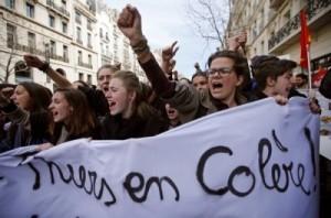 法學生為勞動法萬人上街頭...但這標語也太浪漫!