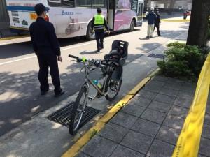 機車騎士摔車倒地 當場被公車輾斃