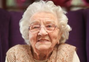 102歲阿嬤建議男士「每天擁抱伴侶3次」