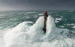 滔天巨浪襲來 47公尺燈塔被吞沒