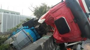 槽車翻覆硫酸外洩 消防車救援反被拖板車撞爛!