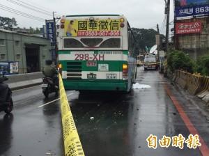 機車擦撞釀禍 男騎士滾進車道慘遭公車輾斃