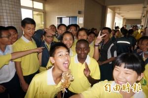 國民外交不受限 肯亞學童來台感謝「舊鞋救命」