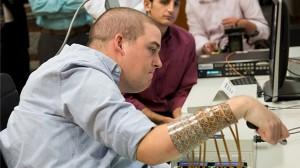 植入腦波感測器 癱瘓男的手又可以動了!