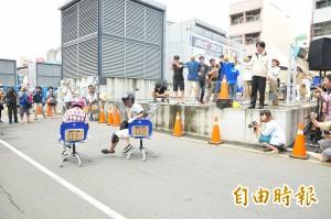 辦公椅滑行賽台南開滑 笑料不斷