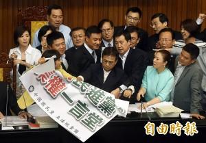 (影音)新國會首「佔」 藍委佔領主席台