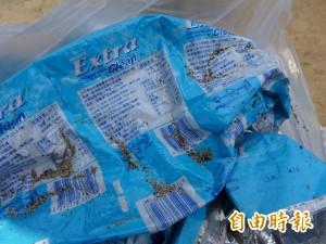 口香糖外袋散落淡水洲子灣 2005年出產現仍完好如新