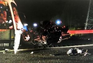 轎車迎頭撞上大巴釀42傷 中國籍女駕駛身亡