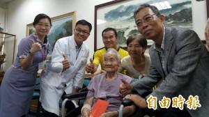 全國最高齡!107歲人瑞追求光明 接受白內障手術