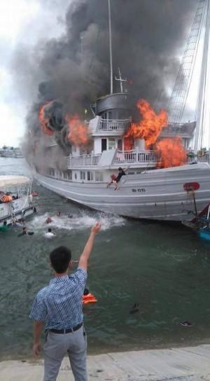 越南下龍灣台客團船艙失火 驚悚畫面曝光