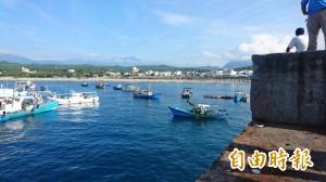 台東富岡港泊位不足  漁船對峙海巡艇