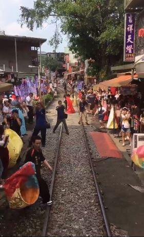 火車駛過十分老街   遊客湧上鐵道、日網友驚嘆