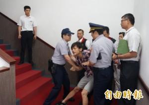 東華被罵「爛學校」 遭架離男大生:傅崐萁也東華畢業