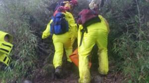 男墜水漾森林邊坡亡 警消徒步搬運遺體終下山