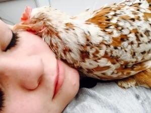 最棒的生命教育!她用「愛」伴盲眼雞長大