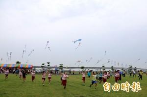 強碰今年第1場梅雨 屏東風箏節雨中起飛