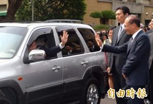 張善政開著二手車離開 謝長廷:民眾應會給予肯定