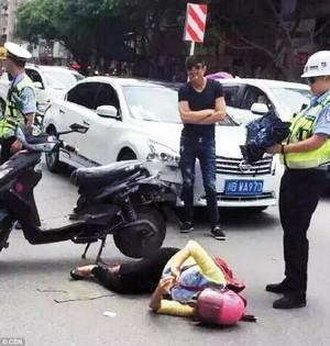 出車禍也要上網!女騎士躺路中央滑手機